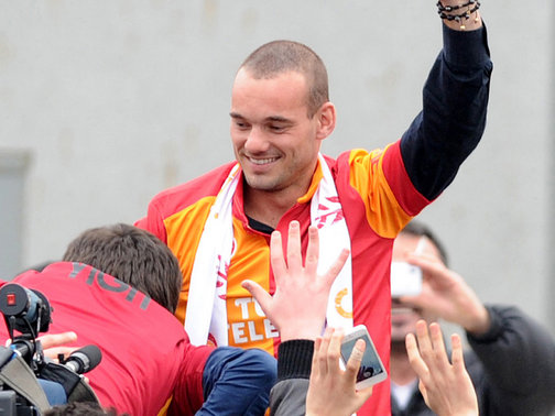 Wesley Sneijder has completed his move to Turkish giants Galatasaray